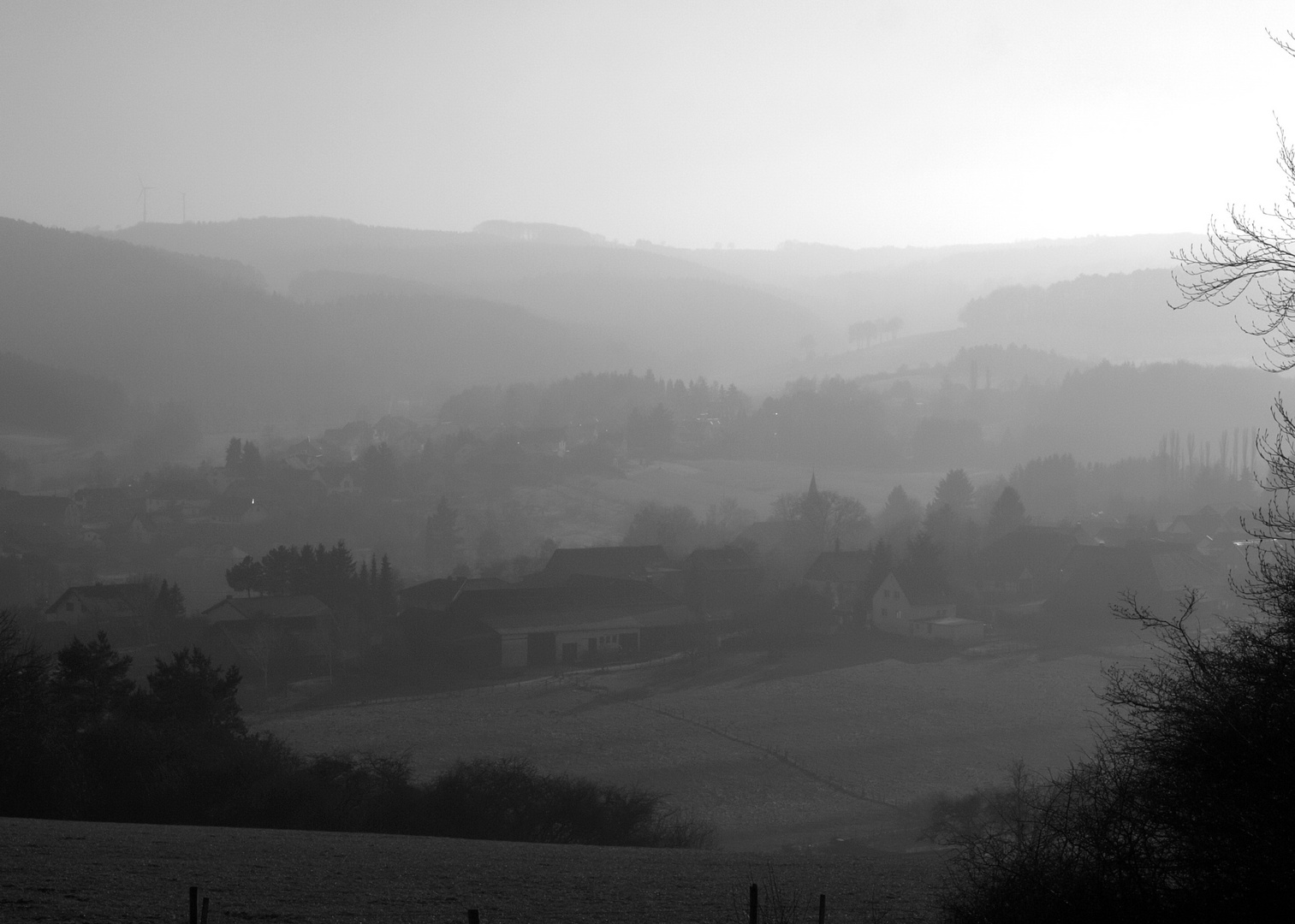 Eifeldorf im Nebel