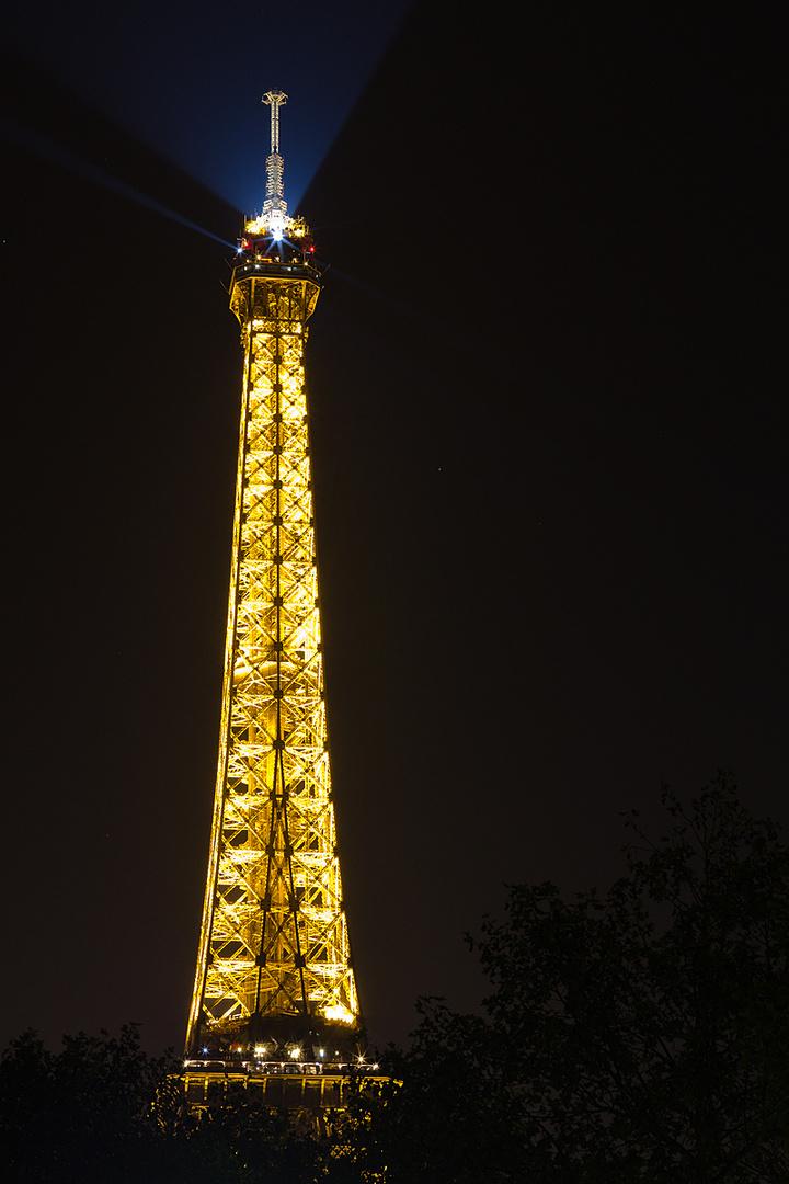Eiffelturm am späten Abend von der Seine aus