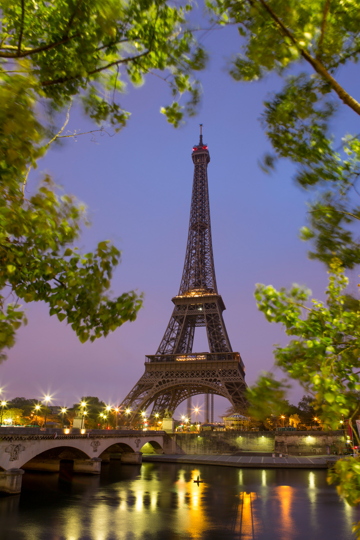 Eiffelturm im Sonnenaufgang an der Seine, Paris