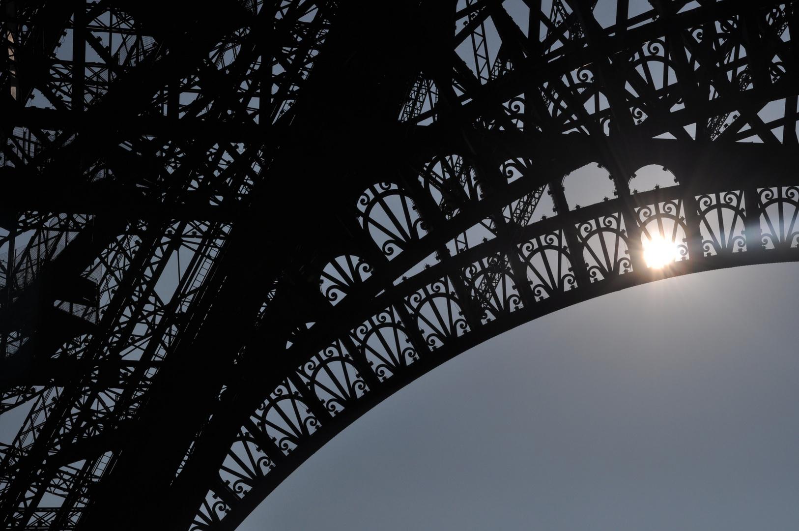 Eiffelturm im Sonnenlicht