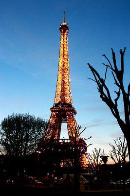 Eiffelturm in der Dämmerung