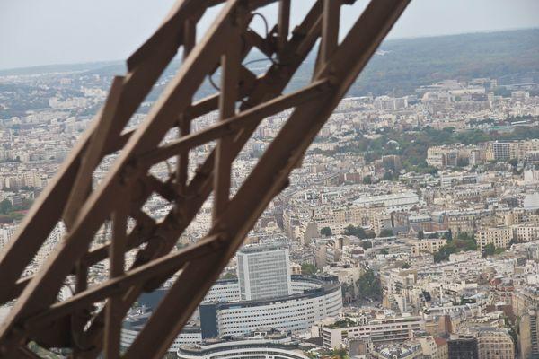 Eiffelturm mit Blick aus dem Aufzug