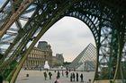 Eiffelturm mit Louvre