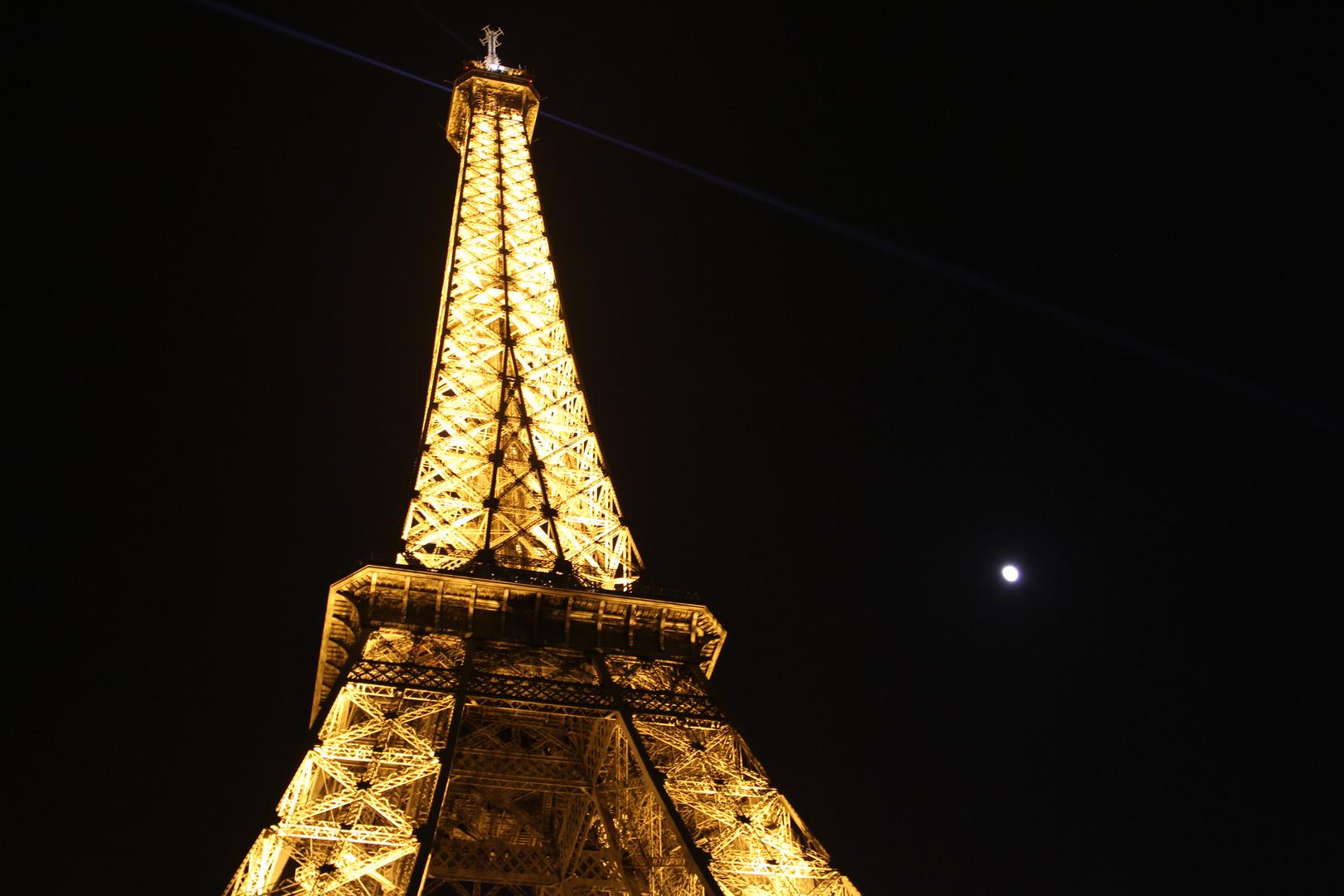 Eiffelturm mit Mond