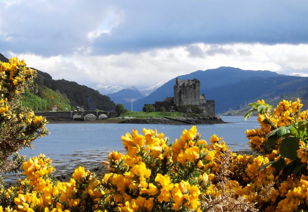 Eilean Donan Castle von Blumen umrahmt