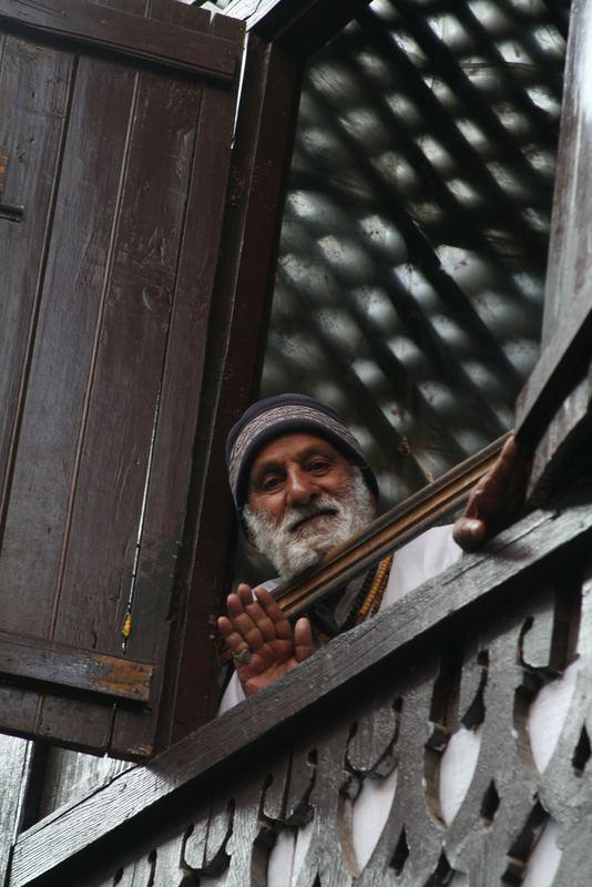 Ein älterer Mann blickt auf die Strasse, Srinagar/Kashmir, 21.06.2007