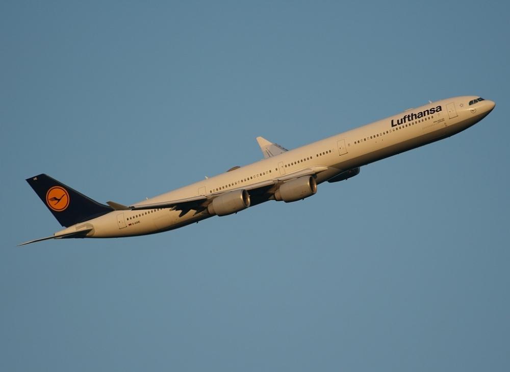 Ein Airbus A340-600 der Lufthansa kurz nach dem Start
