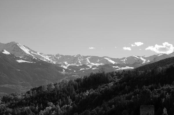 Ein Alpenpanorama in schwarz/weiß