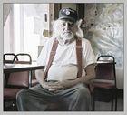 Ein alter Mann in einer alten Kneipe in der Wüste von Kalifornien