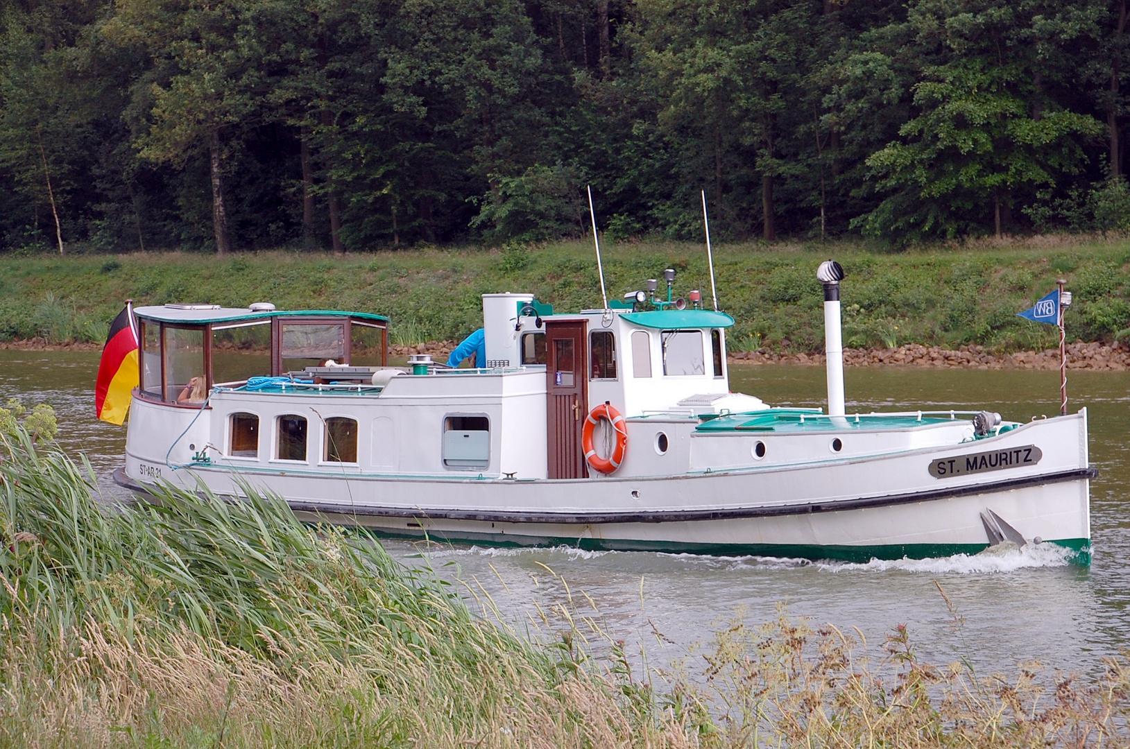 Ein altes kleines Ausflugsschiff