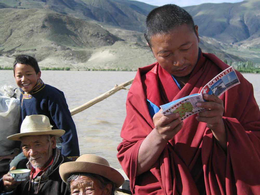 ein an der Schweiz interessierter Mönch in Tibet