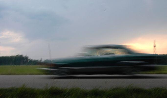 Ein Auto fährt vorbei