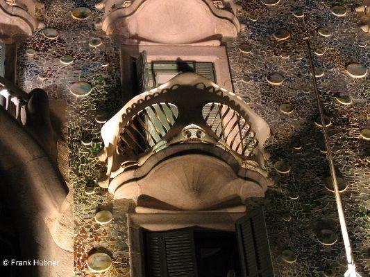 Ein Balkon der Casa Batllò in Barcelona, 1907 erbaut von Antoni Gaudí ...