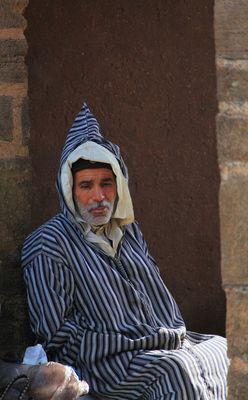 Ein Berber in Gedanken versunken am Markt in Essaouira