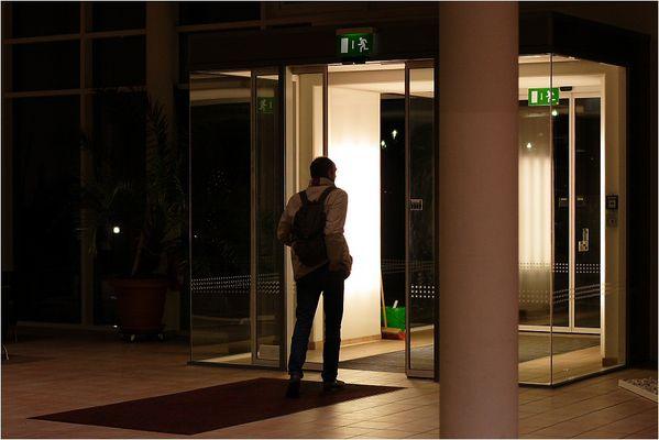 Ein Besucher einer Therapieklinik macht sich nach der Weihnachtsfeier wieder auf den Weg nach Hause