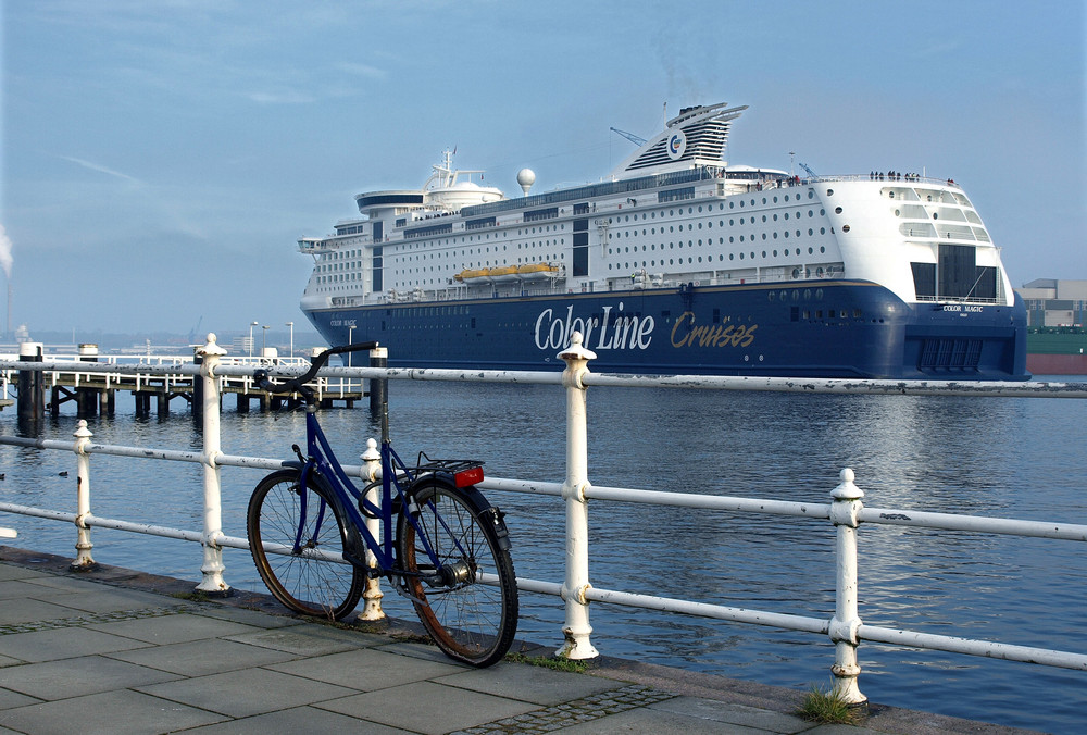 Ein blaues Fahrrad bleibt zurück ...