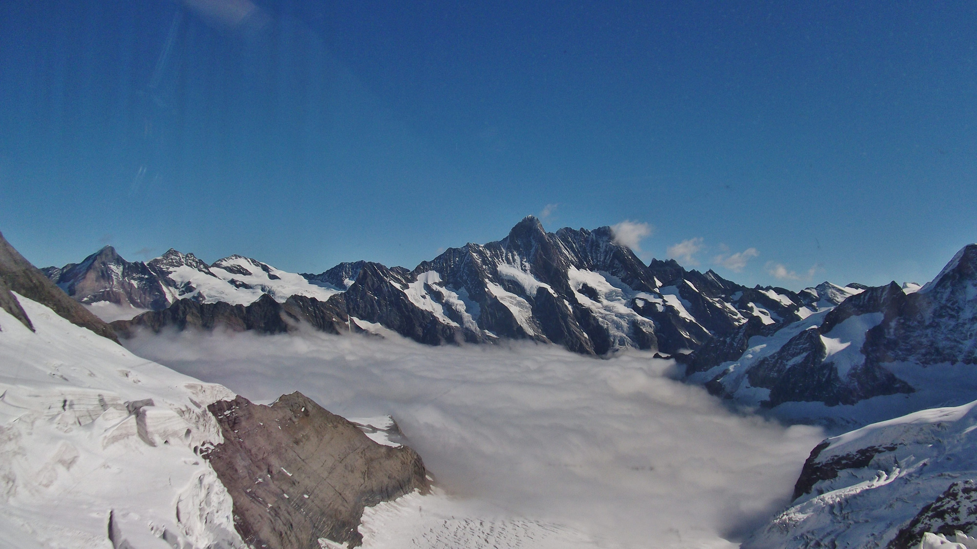 """Ein Blick durch das Panoramafenster """"Station Eismeer auf 3160 m.ü.M"""""""
