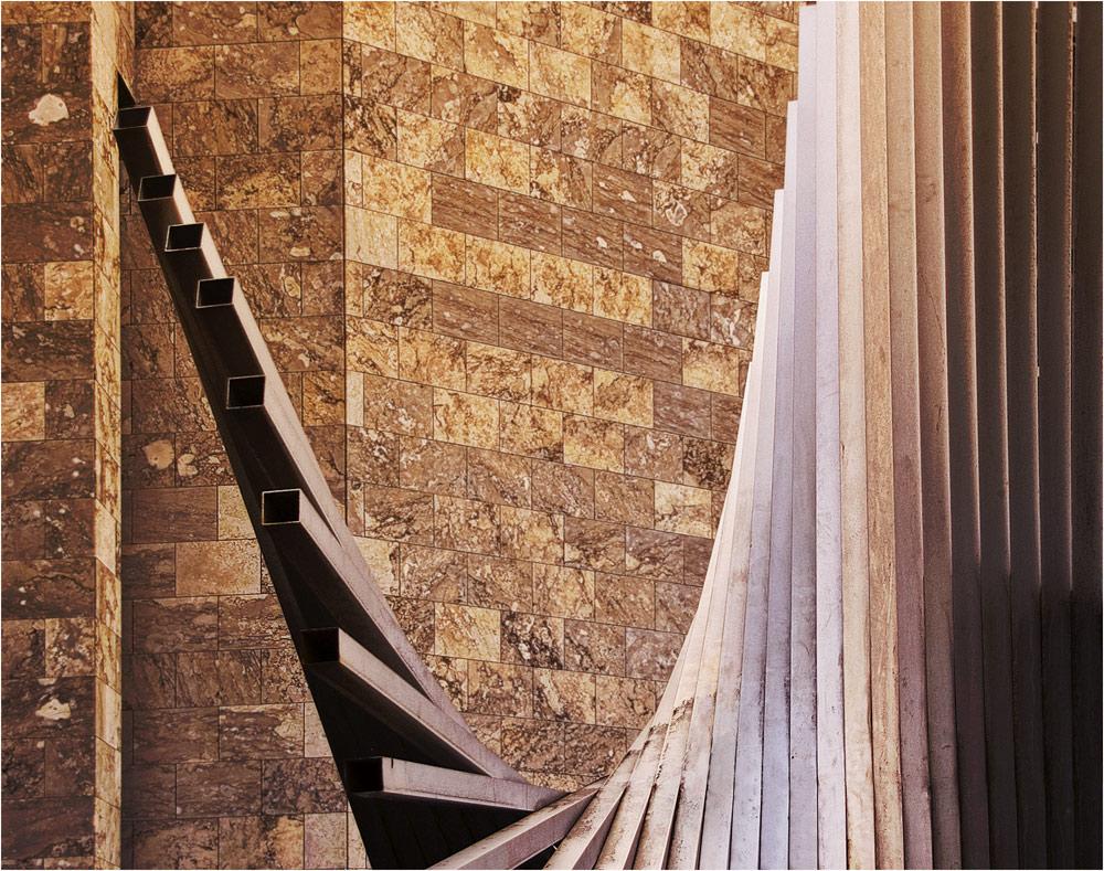 """Ein Blick durch die Skulptur """"Lebenskraft"""" auf die Fassade des Mainzer Rathauses"""