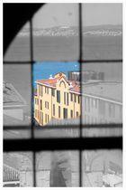 Ein Blick durch die zerbrochene Fensterscheibe