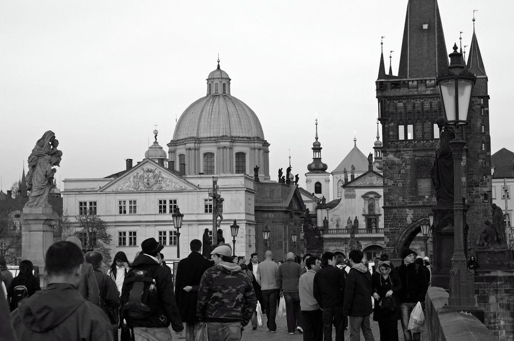 Ein Blick über die Karlsbrücke in Prag