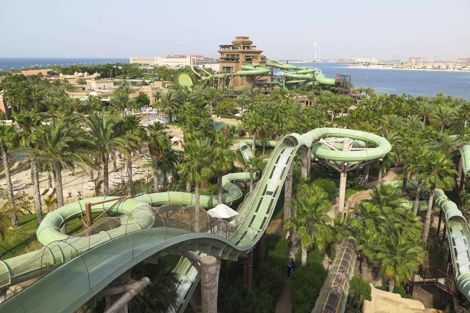 … ein Blick über einen Teil des größten Wassererlebnisparks des Nahen Ostens …