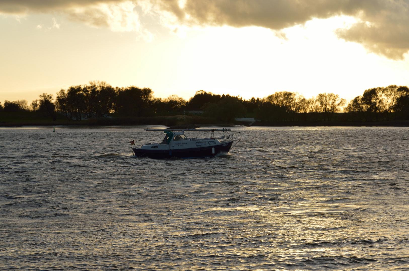 Ein Boot das in den Sonnenuntergang fährt..