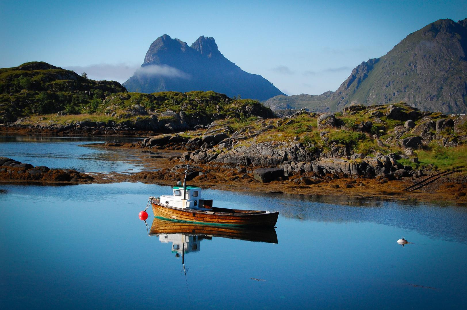 ein Boot ein Fjord