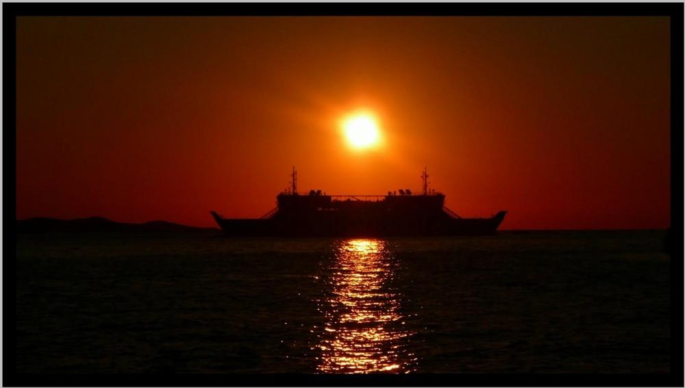 ein Boot im Licht der untergehenden Sonne