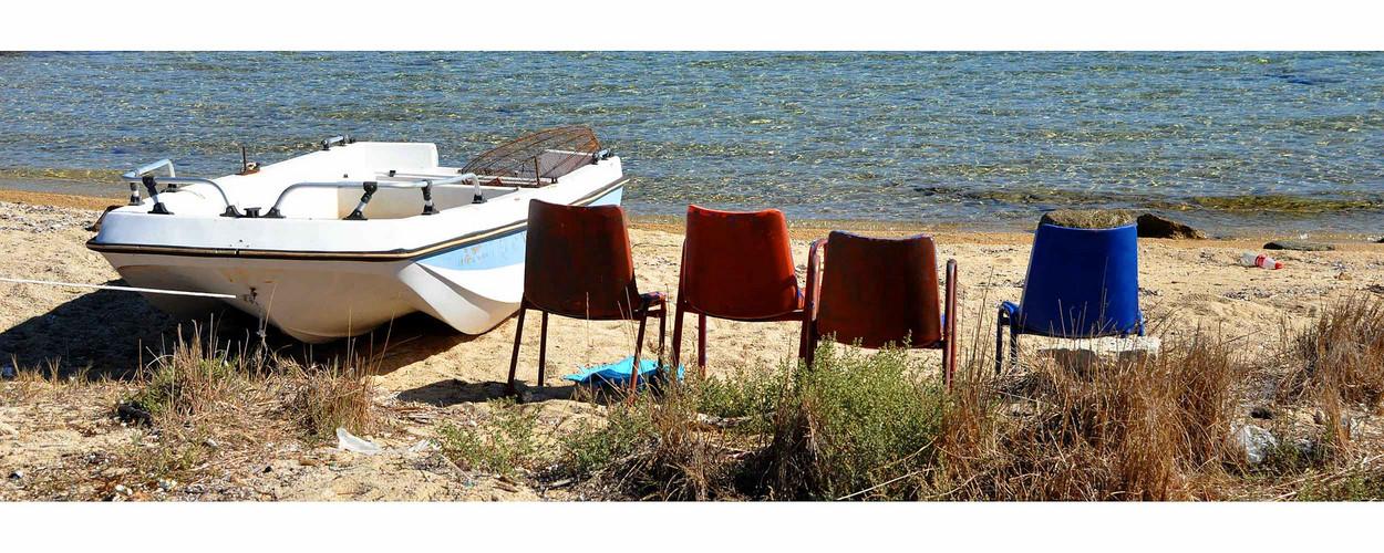 Ein Boot, vier Stühle und viel Meer