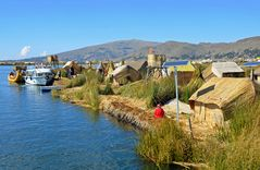 Ein Dorf der der Nachfahren der Uros in der Bucht von Puno