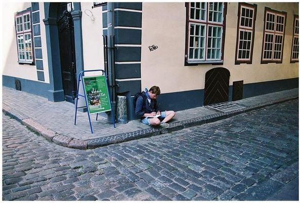 Ein einsamer Maler in den Straßen von Riga...