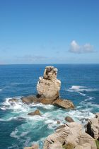 Ein eisamer Felsen im Atlantik