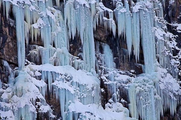 Ein Fels voller Eiszapfen