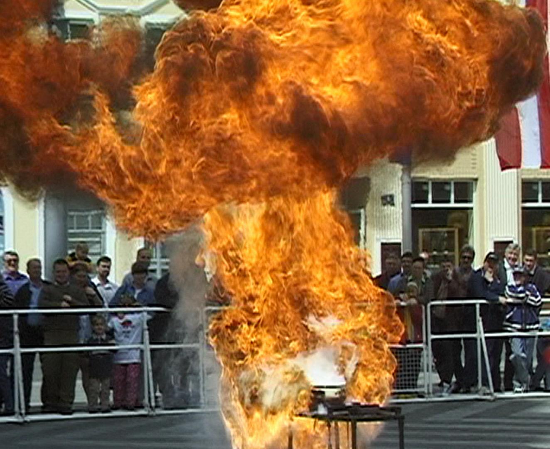 Ein Feuerball mit Öl und etwas Wasser