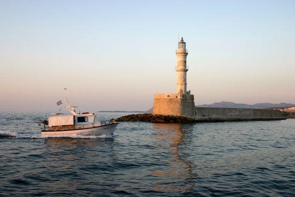 Ein Fischerboot in der Hafenheinfahrt von Chania(Kreta)