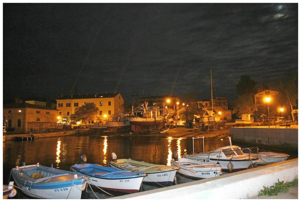 Ein Fischerdorf bei Nacht