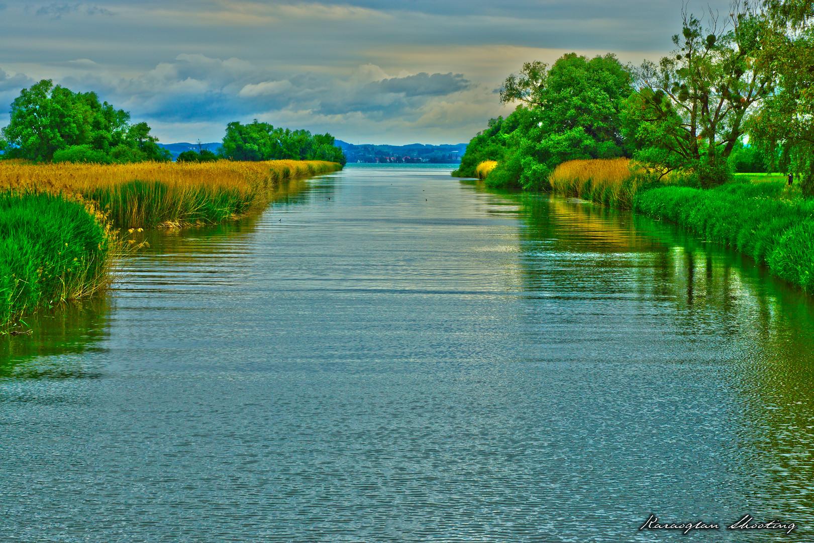 Ein Fluss mitten in der Natur