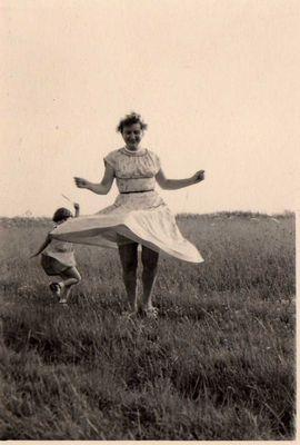 ein Foto von mir mit meiner Mutter, 1956