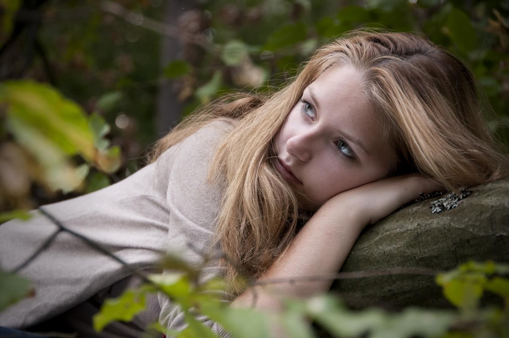 Ein Fräulein liegt im Walde, ganz still und stumm..
