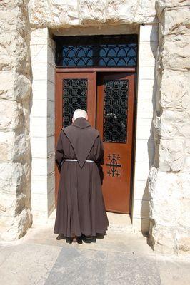 Ein Franziskaner am Garten Gethsemane (Jerusalem, Israel)