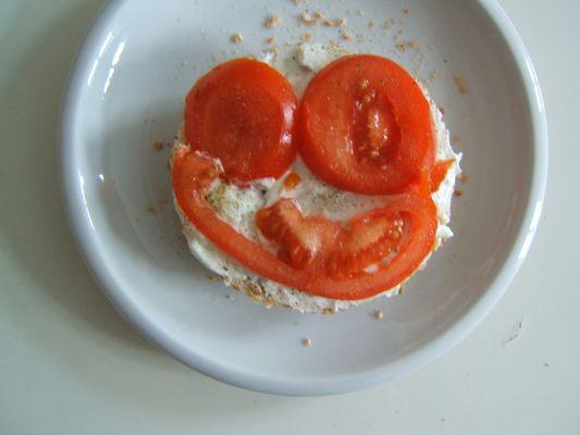 Ein Frühstücksbrot mit Frischkäse und Tomaten