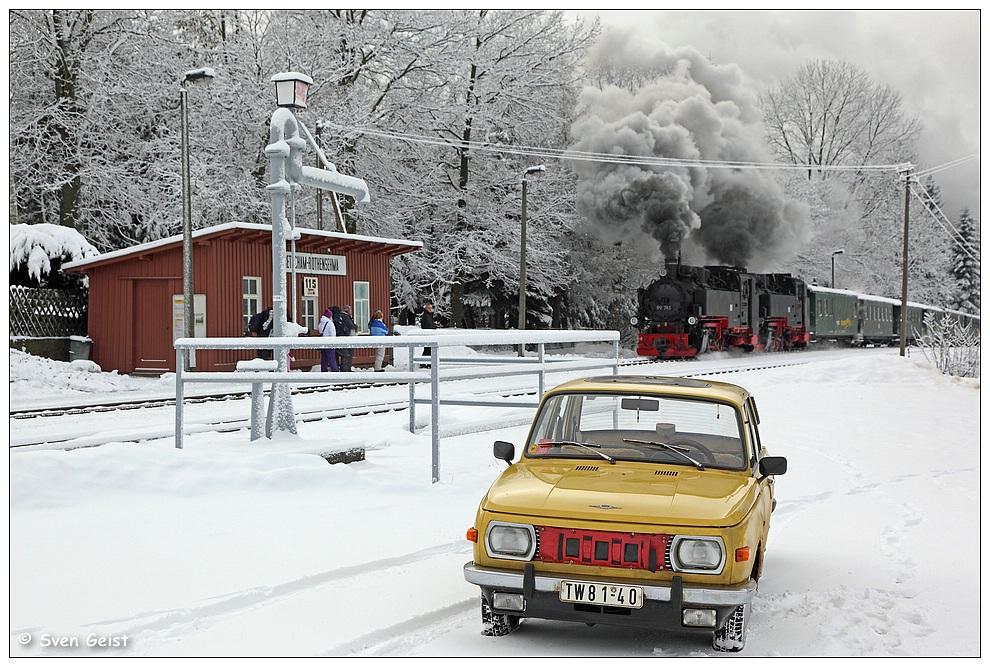 Ein gelber Wartburg im Schnee