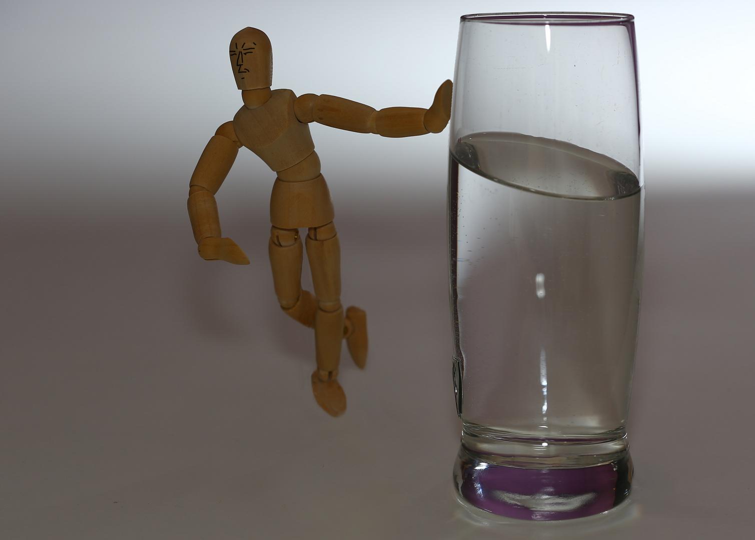 Ein Glaswasser im stehen.