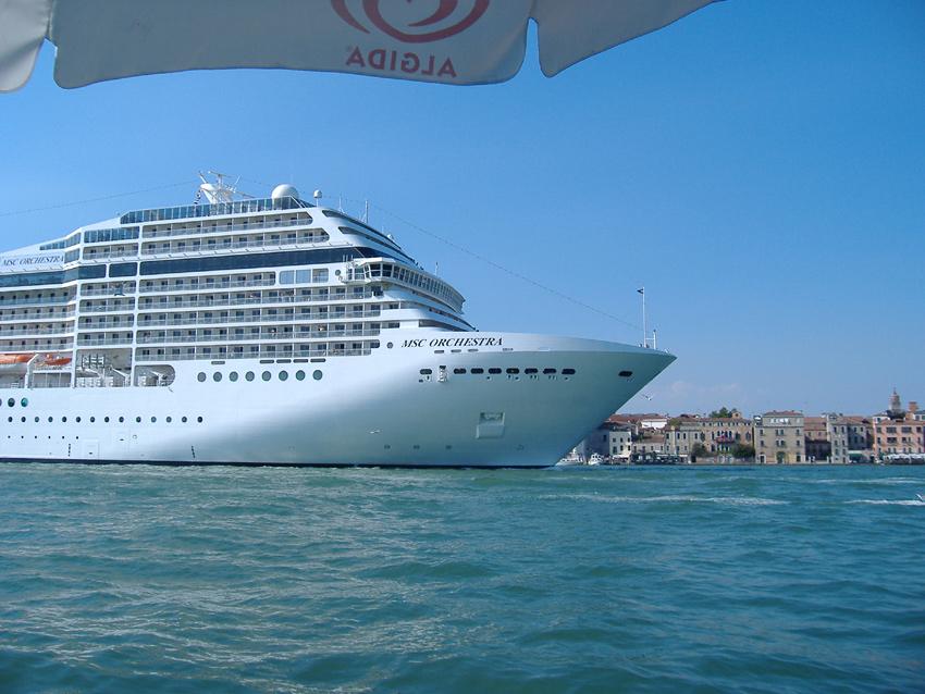 Ein großes Schiff fuhr in Venedig ein