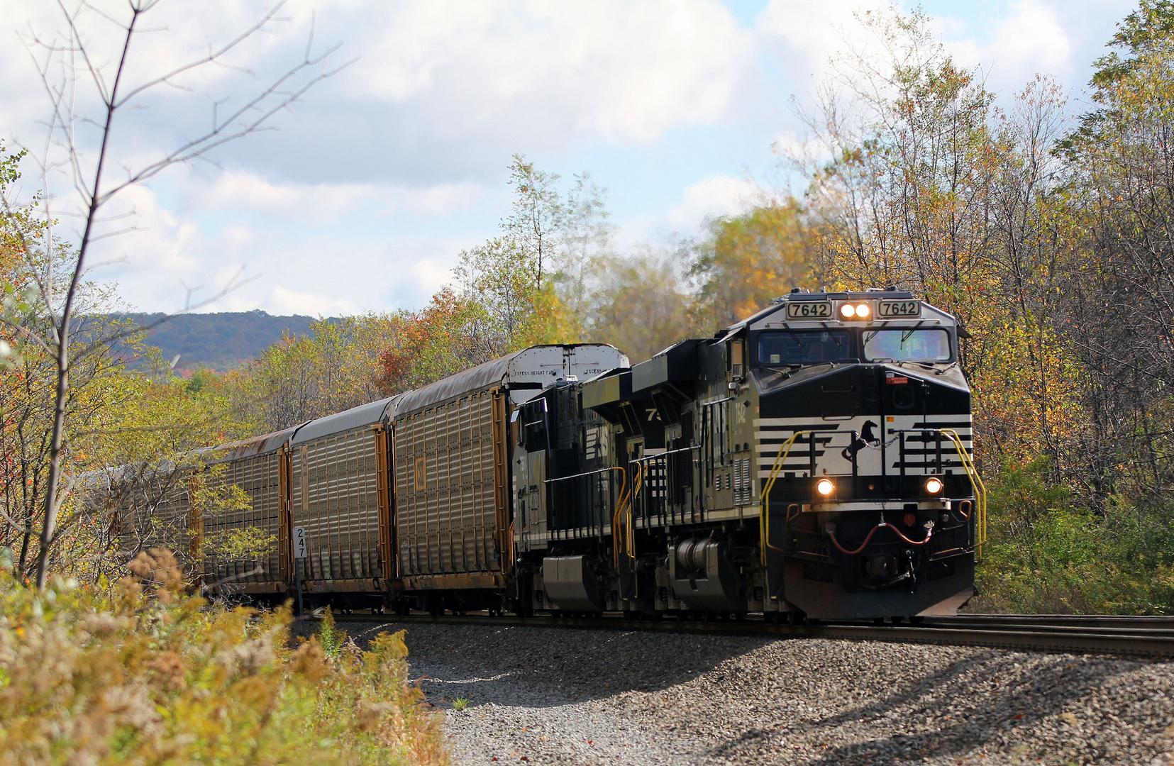 Ein Güterzug der Norfolk & Southern mit Enclosed Auto Carrier Cars kurz vor dem Gallitzin Tunnel