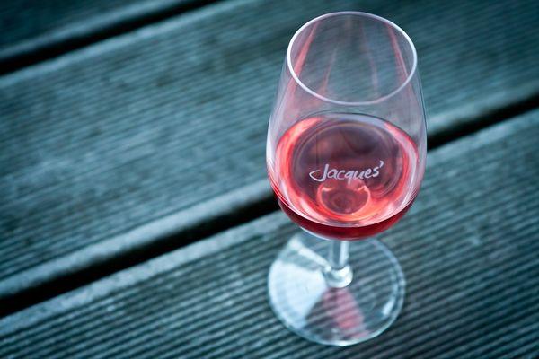 Ein guter Schluck Wein auf dem Balkon