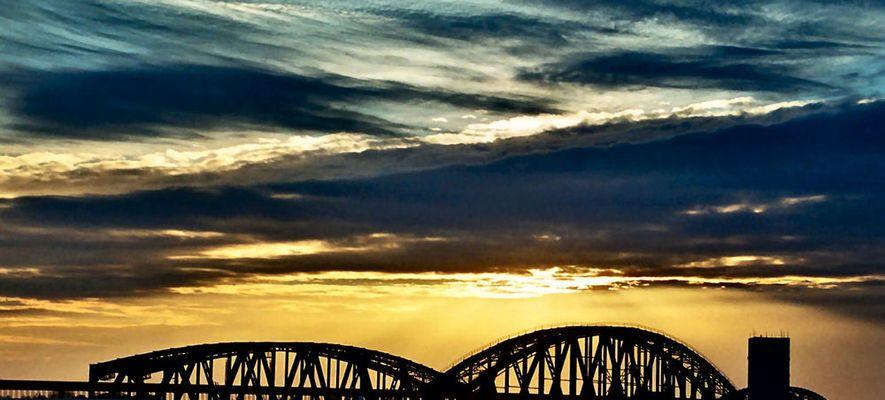 Ein Himmel, eine Brücke und viel Licht