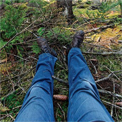 Ein im Wald liegender Toter fotografiert sich selbst