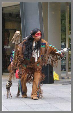 Ein Indianer auf einer Straße...