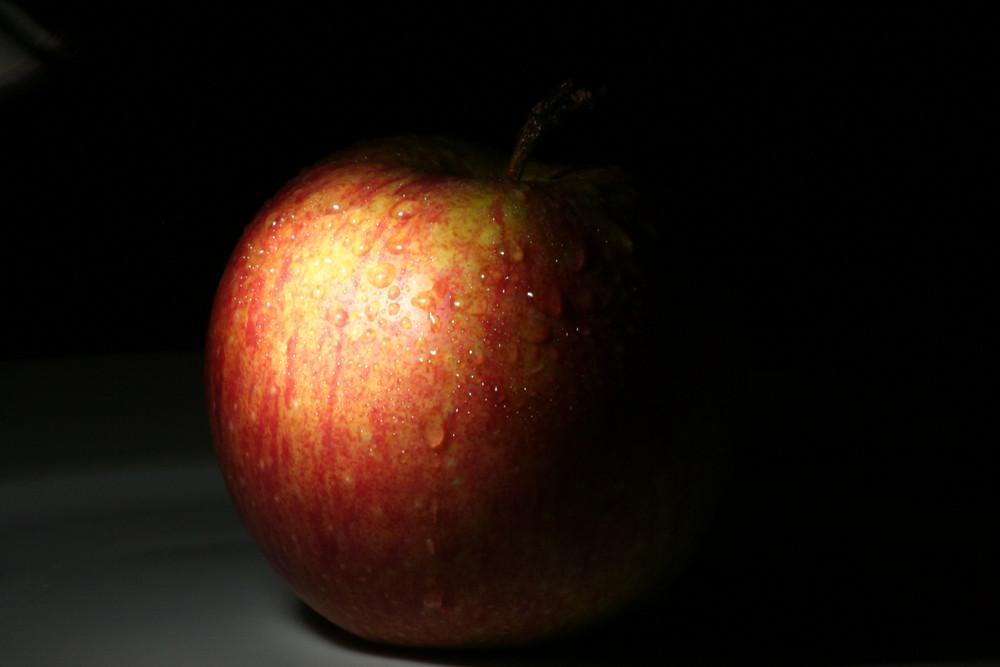 ein Keller, ein Apfel und eine Taschenlampe...